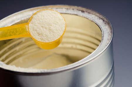背景に粉ミルクとスプーン