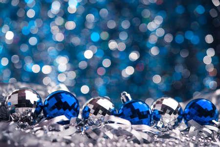 mo�os navide�os: Feliz Navidad de fondo. Juguetes de cristal azul Foto de archivo