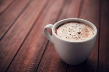 tazas de cafe: Blanco taza de capuchino aroma en la mesa