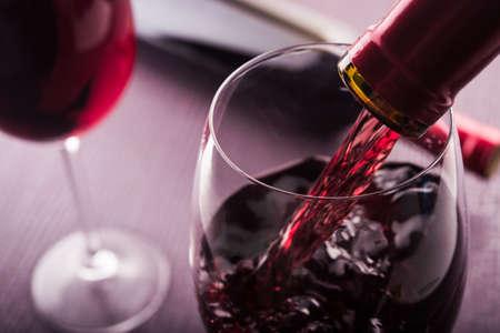 Gegossen Rotwein in Glas Standard-Bild - 37589650