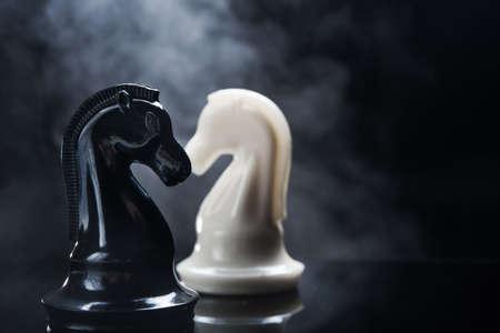 ajedrez: Piezas de ajedrez de caballero en fondo oscuro