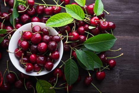 jugo de frutas: Las cerezas frescas en un taz�n en la mesa