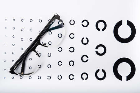 anteojos: gafas negras sobre fondo blanco Foto de archivo