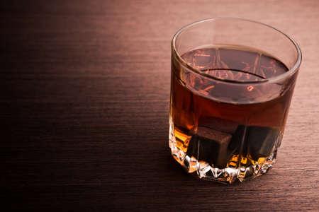 botella de whisky: Vidrio de brandy en el fondo. Foto de archivo