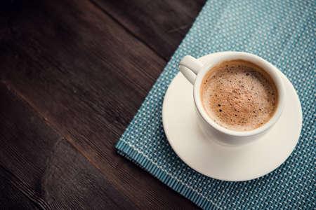 배경에 에스프레소 커피의 흰색 컵