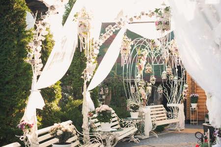 Dekoration in der Nähe des Restaurants. Hochzeitsdekoration aus Blumen und Chiffon. Standard-Bild