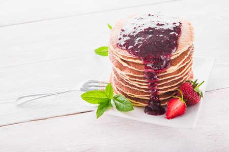 hot cakes: dulce desayuno de panqueques y fresas en el fondo blanco