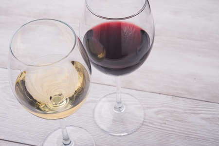 red and white wine in glasses Stockfoto