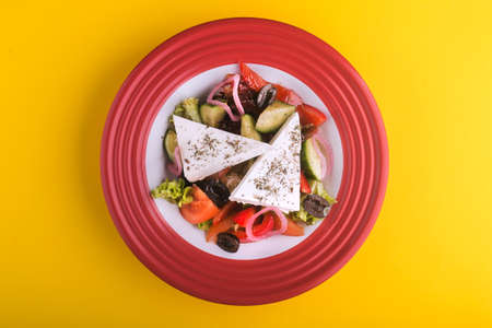 salad with olive and feta on red plate Zdjęcie Seryjne