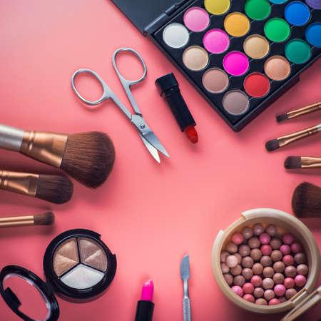 ピンクの背景ブラシ粉美色化粧品パレットです。メイクアップ セット 写真素材