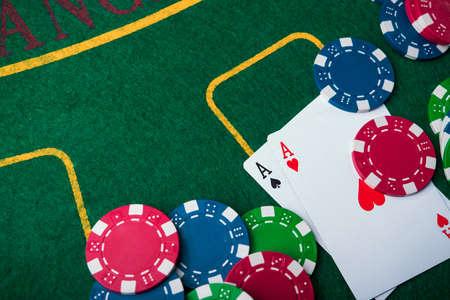 포커 게임에서 두 에이스. 카드와 카지노 배경에 칩 스톡 콘텐츠 - 87664606