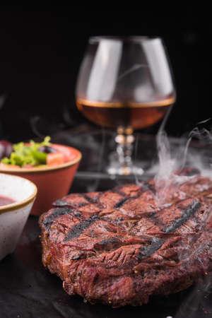 ホットでジューシーなビーフ ステーキ コニャックのガラスの作品。レストランで夕食 写真素材 - 87690113