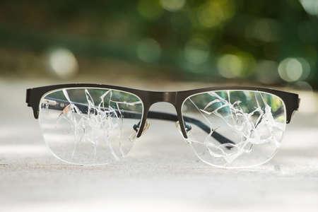 gebroken bril op het asfalt. straat ongeval concept