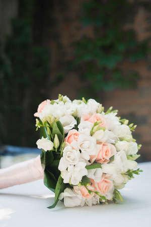 Hochzeitsblumenstrauß Auf Weißer Tabelle. Rose Blumen Dekoration ...