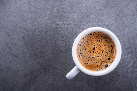 石の背景に白いコーヒーカップ、トップビュー