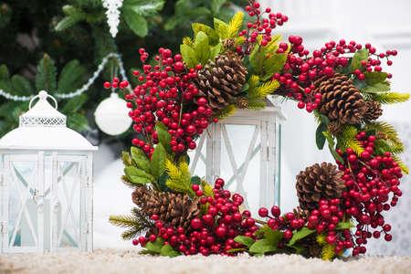 vakantie kerst krans met kegels en rode bessen met kandelaar lantaarn