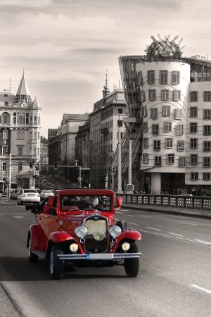 Praag, Tsjechische republiek, op 1 januari 2013 - Vintage Car en dansende huis in Praag