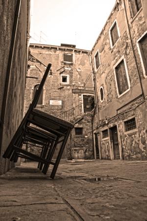 sillas en el patio patio photo