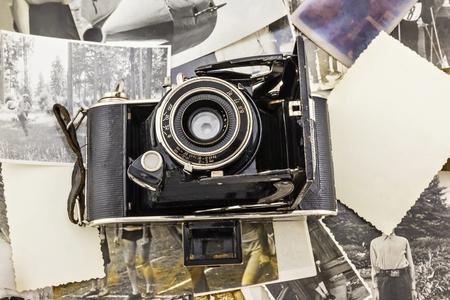 retro camera op de achtergrond van oude foto's