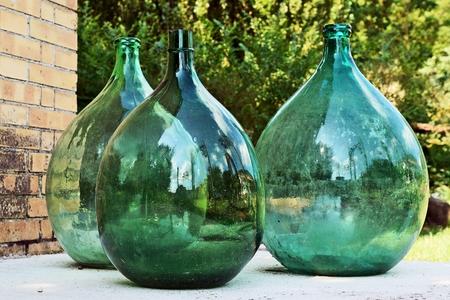 Trois grande bouteille en verre vert (décoration de jardin) Banque d'images - 30050505
