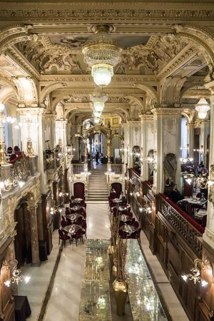 Boedapest, Hongarije-januari 9. Een van de mooiste en beroemdste cafe in de wereld - «New York» Elizabeth Street in Boedapest 9 januari 2014. Dit café is geopend in 1894