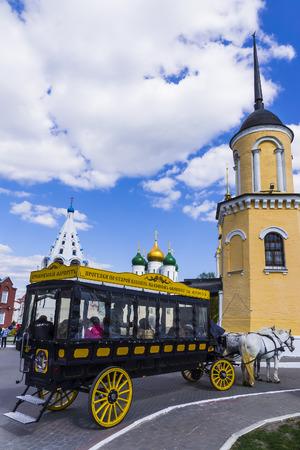 KOLOMNA, RUSLAND-MEI 3. Modern exemplaar van paardenkoetsen (omnibus) in stad Kolomna 3 mei 2014. vorm van stedelijk openbaar vervoer, kenmerkend voor de tweede helft van de 19e eeuw.