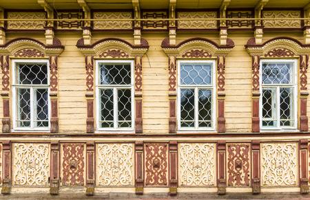 gebeeldhouwde gevel van een houten huis
