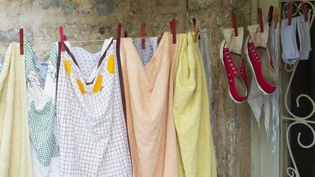 ondergoed en schoenen die op touw drogen Stockfoto