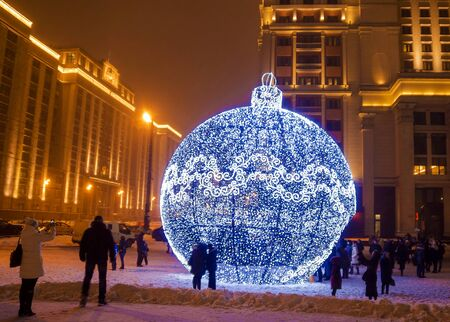 Giant Christmas ornament on Manezh Square in Moscow, Russia 新聞圖片