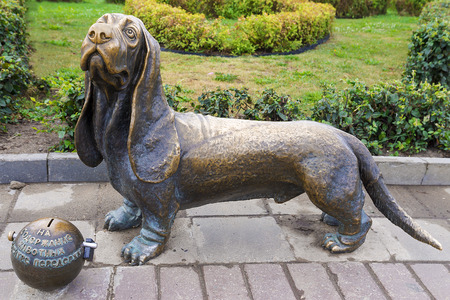 kostroma: KOSTROMA, RUSSIA-AVGUST 15: A sculpture of a dog of breed a basset hound in Kostroma on August 15, 2014. The bronze sculpture of a dog established in the center of Kostroma. The monument is established in 2009