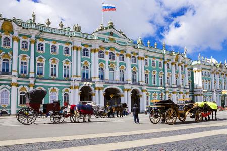 bandera rusia: El Hermitage en San Petersburgo, Rusia