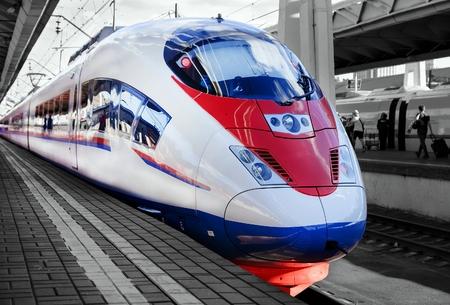 high-speed trein op het perron van het station