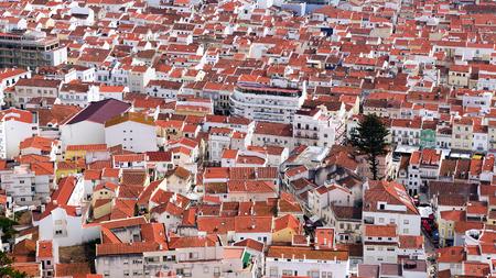 rode pannendaken van de stad Nazare in Portugal Stockfoto