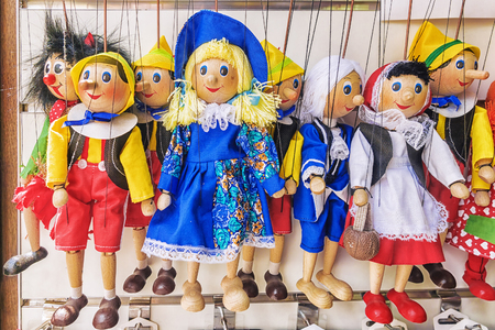 tradition: Traditional puppets made of wood. Shop in Prague