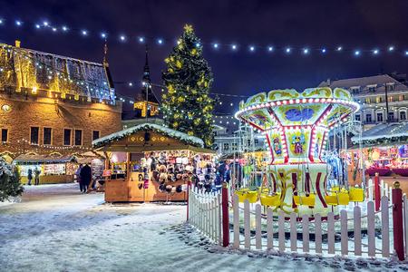 Kerstmis in Tallinn. Stadhuisplein met kerstmarkt