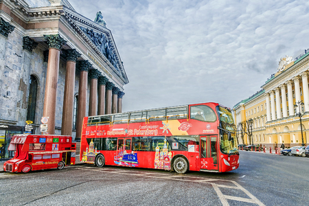 isaac s: ST. PETERSBURG, RUSSIA-9  JANUARY, 2016: excursions the bus the bus at an isakiyevsky cathedral. The tourist bus - ideal transport for tourists to St. Petersburg.