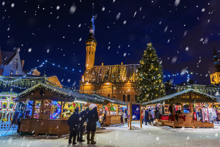 Mercato di Natale a Tallinn, Estonia Archivio Fotografico - 68706788
