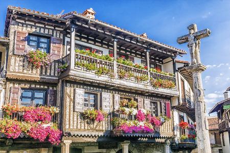 Steenkruis en typische architectuur in hoofdvierkant van La Alberca spanje Stockfoto