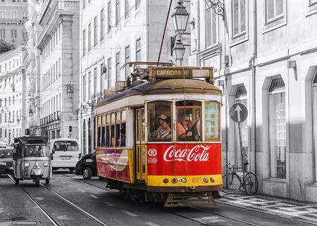 LISSABON, PORTUGAL, SEPTEMBER 9, 2015: historisch rood retro tram reclamebedrijf Coca-Cola, de verhuizing naar de straat van Lissabon