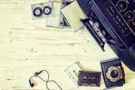 카세트 플레이어, 카세트 레코더 및 오디오 테이프 목조 배경 스톡 콘텐츠