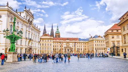 PRAGUE. CZECH REPUBLIC - MAY 17, 2016: Square in front of the Royal Palace in Prague Castle 新聞圖片