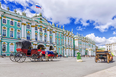 door paarden getrokken koetsen op het paleisplein in Sint-Petersburg Redactioneel