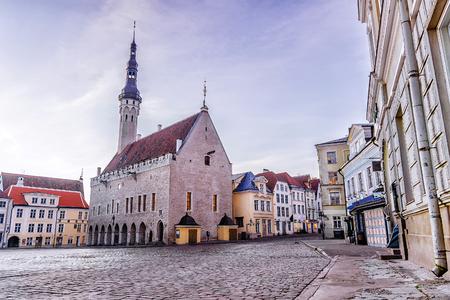 Stadhuisvierkant in de ochtend in Tallinn, Estland Stockfoto