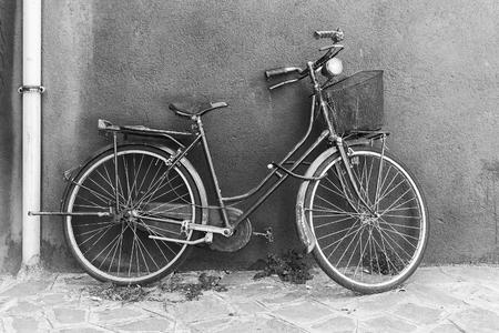 Oude fiets in zwart en wit Stockfoto