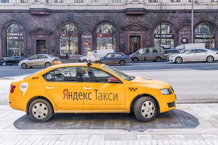 MOSKOU, RUSLAND-11 APRIL, 2017: Yandex taxi die op de cliënt op Tverskaya-straat in Moskou wachten Redactioneel