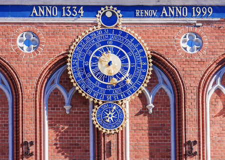 cronologia: Astronomical clock in Riga, Latvia. The inscription on the building: built in 1334 restored in 1999