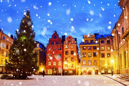 Stortorget 広場のそば、夜、ストックホルム、スウェーデンのクリスマスの時期に飾られています。 写真素材