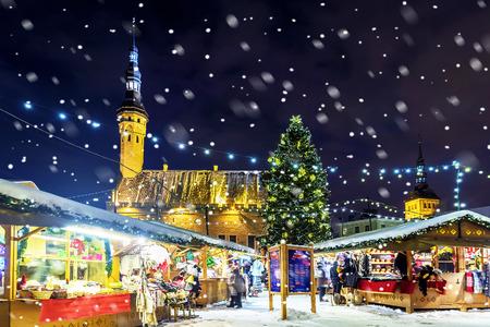 Christmas in Tallinn. Town Hall Square with Christmas Fair Foto de archivo