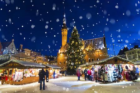 Boże Narodzenie w Tallinnie. Plac Ratuszowy z Targami świątecznymi Zdjęcie Seryjne