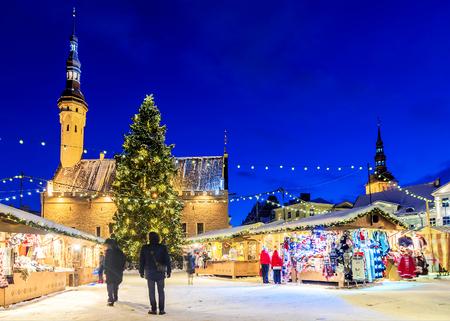 タリンのクリスマス。市庁舎広場でのホリデー マーケット 写真素材